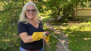 Britt-Marie Juup har fångat en huggorm med en ormfångargrip.