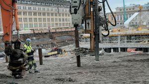Pålar slås ner i marken där torgparkeringen under Åbo salutorg byggs.