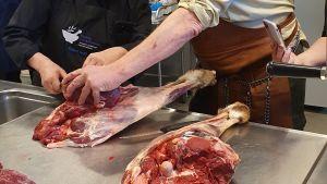 Torsten Mörner visar hur köttet ska hanteras och fileras.