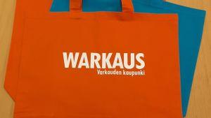 Oranssi kassi, jossa teksti Warkaus Varkauden kaupunki