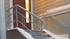 Snöig trappa