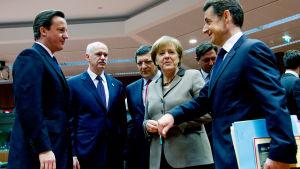 Cameron, Merkel ja Sarkozy keskustelemassa