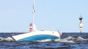 Den grundstötta båten på Nygrundet bredvid Kallan.