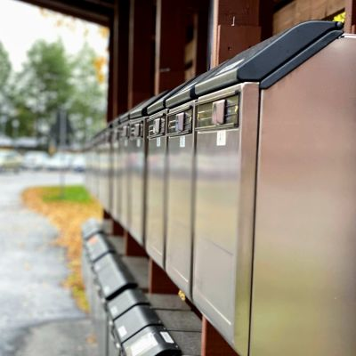 Rivi postilaatikkoja asuintalon edessä