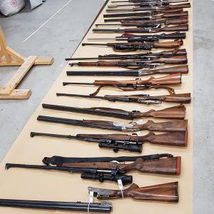 35 vapen som polisen beslagtagit i samband med en husrannsakan.