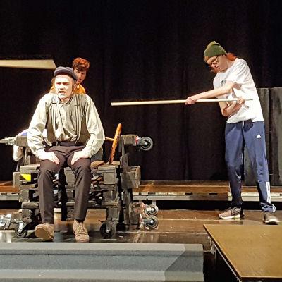 Lappeenrannan lukio teatteri harjoittelee Häräntappoase -näytelmää