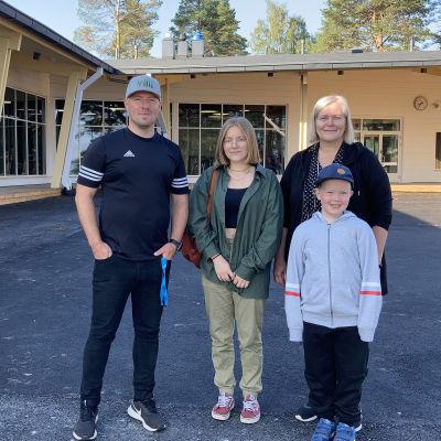 Kuvassa Lestin koulun rehtori Niko Aihio sekä oppilaat Ninni Kuorikoski ja Eino Laitala sekä opettaja ja Paula Jokela.