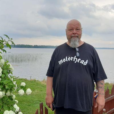 Veli-Matti Väliaho seisoo Halsualla Masala Caravanin leirintäalueella.