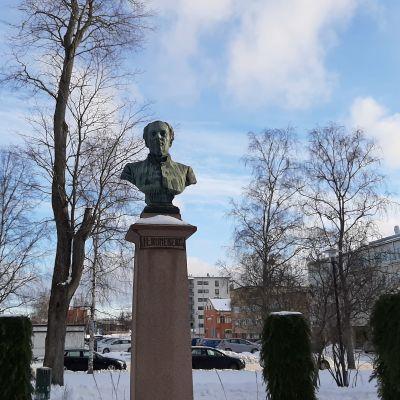 Kansalliskirjailija Johan Ludvig Runebergin patsas Pietarsaaressa, missä perhe asui vuosia.