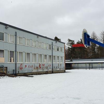 Kanervalan vanhan alakoulun päärakennus, jonka seiniin on tehty töherryksiä ja ikkunoita rikottu keväällä 2021..