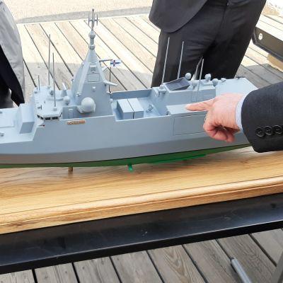 En grå miniatyrmodell av stridsfartyget.