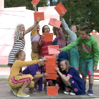 Nuorisoteatterin näyttelijät kesäteatterin lavalla
