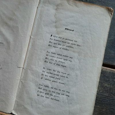 Carolina Runebergin teos Små diktförsök julkaistiin vuonna 1855