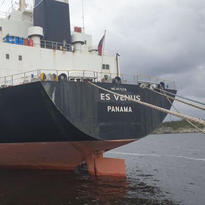 Saarrettu laiva Rauman satamassa