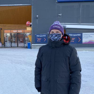 Sotkamon kunnanjohtaja Mika Kilpeläinen ja K-kauppias Hannu Korhonen pitävät turvavälin tavatessaan.