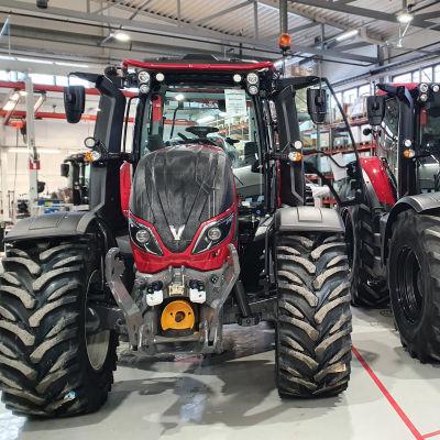 Kaksi traktoria hallissa Valtran Suolahden tehtaalla