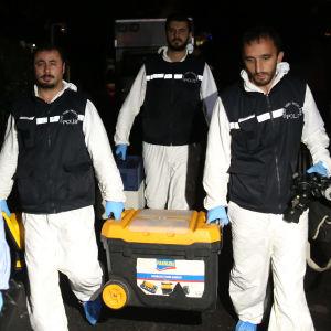 Turkiska poliser som lämnar det saudiska konsultatet i Istanbul efter att ha genomsökt byggnaden.