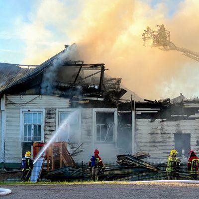 Palomiehet sammuttavat Alakylän koulun tulipaloa Kiimingissä