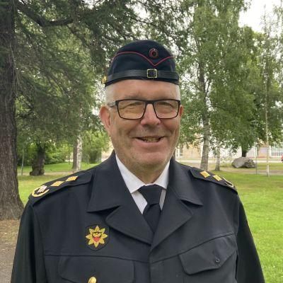 Pelastusjohtaja Jaakko Pukkinen seisoo Länsipuistossa Kokkolassa.