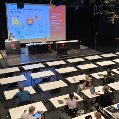 Oulun kaupunginvaltuusto kokoustaa teatterin Pikisalissa.