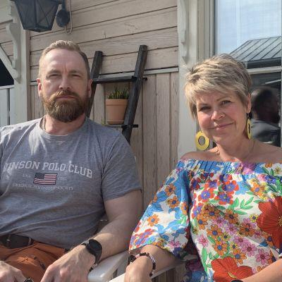 Rodney Strandvall och Nina Brännkärr-Friberg patrullerar på stan i Jakobstad under skolavslutningen.