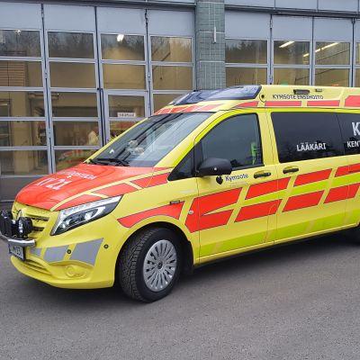 Ambulanssi pelastuslaitoksen pihassa