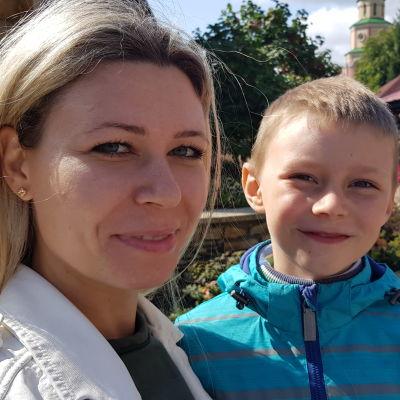 En blond tatarisk kvinna med sin son fotograferade i närbild.