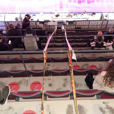 JYPin ottelussa katsomossa on turvaväleistä muistuttavat nauhat katsojien välillä.