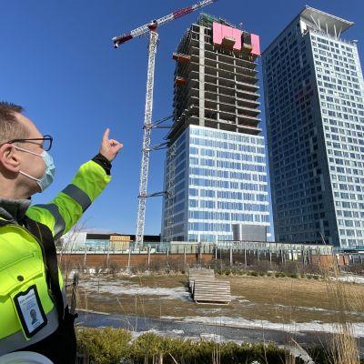 Kim Jolkkonen från SRV pekar på de tre skyskraporna i Fiskehamnen.