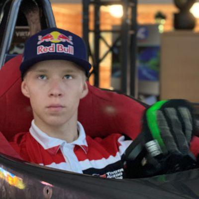 Kalle Rovanperä on seinäjokelaisyrittäjien F1-simulaattorin testikuljettaja.