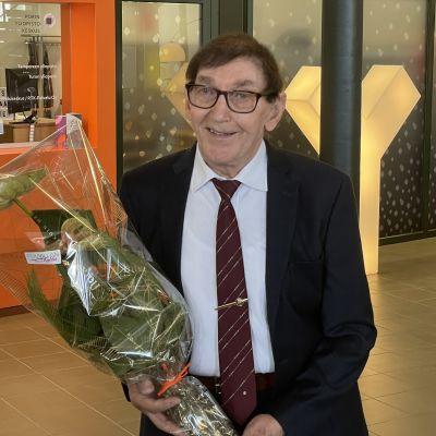 Jukka Jylli kukkapuskan kanssa.