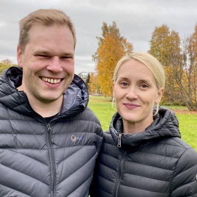Tuomas Jokelainen ja Sari Jokelainen suunnitelmissaan olevan kauppakeskuksen tontilla Paltamossa.