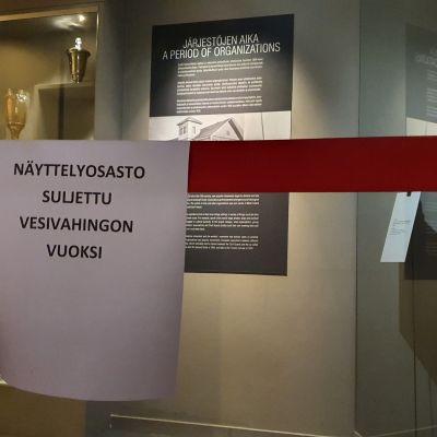 Näyttelyosasto suljettu vesivahingon vuoksi -lappu museossa.