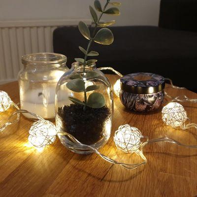 Jouluvalot sohvapöydällä