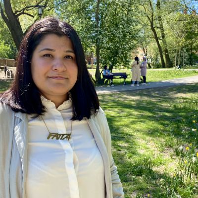 Porträtt på Demet Ergun i somrig parkmiljö