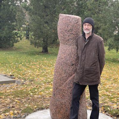 Kuvanveistäjä Leo Karsikas vieressään yksi Kajaanille lahjoittamistaan veistoksista.