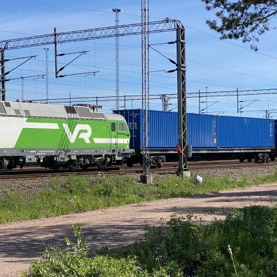 Iso tavarajuna lähdössä matkaan ratapihalla.