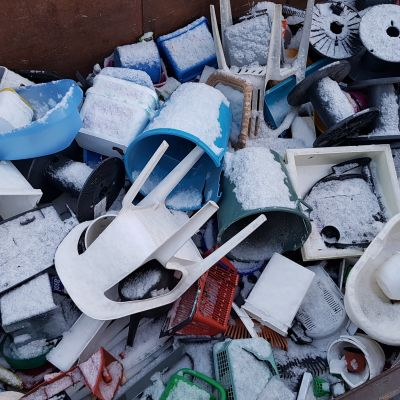 Kovaa muovia jätelavalla
