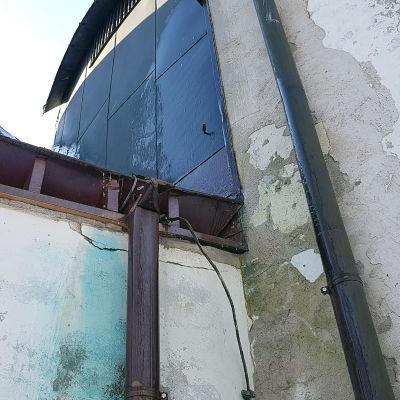 Kolmen ristin kirkon lohkeilevat seinät