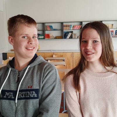 Johan Santalahti och Alexandra Jensen, två ungdomar sitter på en pulpet i ett klassrum.