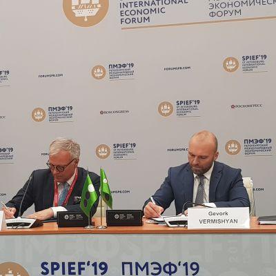 Cheferna för Cinia Oy och Megafon tecknar under avsiktsavtalet om en sjökabel.