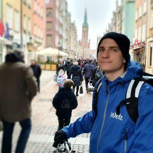 Maciek Pilasiewicz står på huvudgatan i den polska staden Gdansks Gamla stad och ser ut att känna sig utanför.