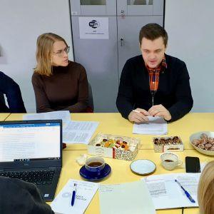 Morgonmöte på Centret för migrationsforskning vid universitetet i Warszawa, Polen.