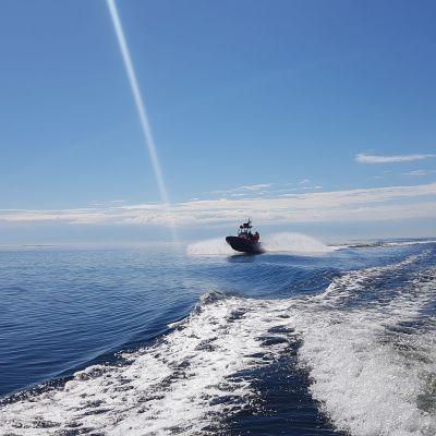 sjöräddningsbåt på soligt sommarhav