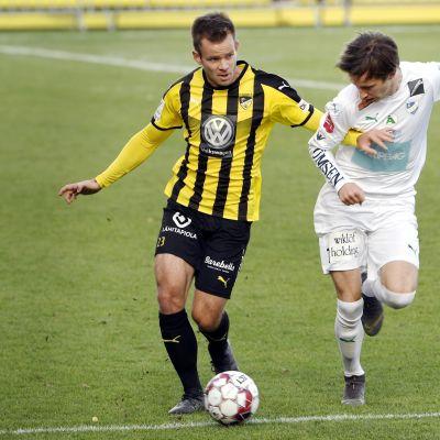 Hongan Mikko Sumusalo (vas) ja IFK Mariehamnin Riku Sjöroos