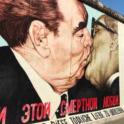 Berliinin muurin murtuminen aloitti uuden aikakauden ja se oli kylmän sodan lopun alkua.