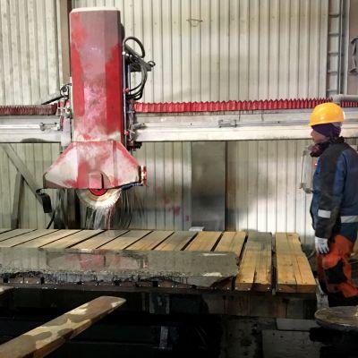 Kivilevyn leikkaamista OK-Graniitin tehtalla Oulaisissa.