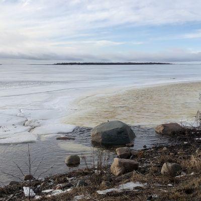 Sulaineita jäitä Virpiniemen merivartioasemna rannassa helmikuussa 2020.