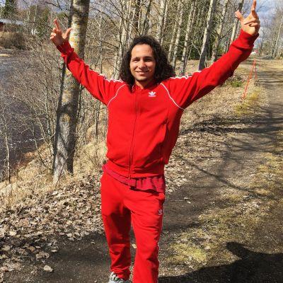 Vaihto-opiskelija Angel Villa Muñoz kädet nostettuina jokimaisemassa.