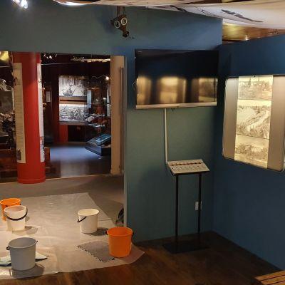 sankoja lattioilla Pohjois-Karjalan museossa.